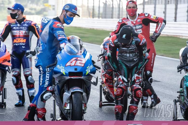 Fabio Quartararo looking at Alex Rins bike, Portuguese MotoGP, 19th November 2020