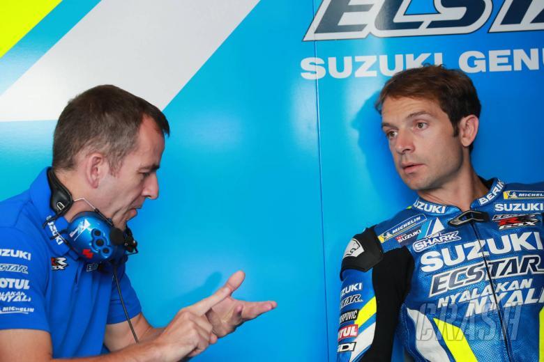 Guintoli menguji seberapa cepat motor jalanan Suzuki di trek