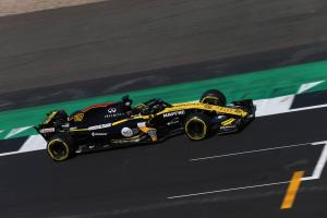 Renault 'not comfortable' in F1 midfield fight
