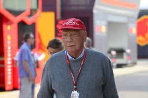 Niki Lauda undergoes successful lung transplant