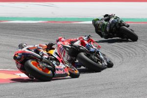 Pedrosa defies fractured wrist for seventh