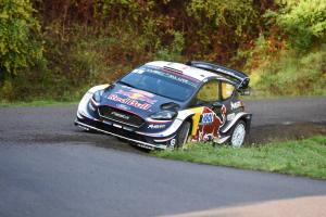 Ogier defends lead from Neuville