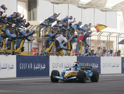 Fernando Alonso crosses the line in his Renault R25 to win the Bahrain GP