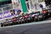 Fernando Alonso (ESP) Alpine F1 Team A521 en Max Verstappen (NLD) Red Bull Racing RB16B aan het einde van een rij auto's die de pits verlaten.