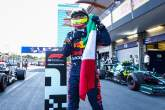 Racewinnaar Sergio Perez (MEX) Red Bull Racing viert feest in parc ferme.