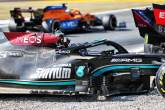 刘易斯·汉密尔顿(GBR)在第一个发夹弯与Max Verstappen (NLD)红牛赛车相撞后,梅赛德斯AMG F1 W12。