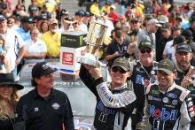 Kevin Harvick mendominasi tabrakan diisi Big Machine Vodka 400 di Indy