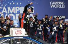 Alex Bowman menangkis Kyle Larson untuk kemenangan NASCAR perdananya di Chicago
