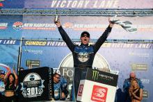 Kevin Harvick selamat dari Denny Hamlin untuk memenangkan New Hampshire 301