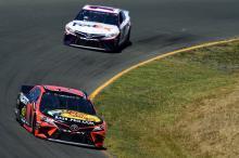 Martin Truex, Jr menangkis rekan setimnya Kyle Busch untuk kemenangan balapan Sonoma
