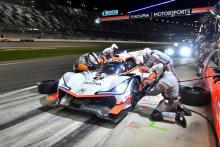 Pertarungan Cadillac / Acura berkecamuk sepanjang malam di Daytona