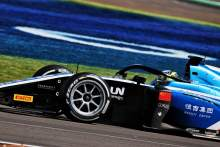 F2 Inggris: Zhou Jaga Asa Gelar dengan Kemenangan Feature Race