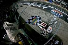Denny Hamlin mengalahkan Matt DiBenedetto untuk kemenangan balapan malam Bristol