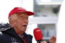 F1 menegaskan keheningan menit, cap merah tribute untuk Lauda