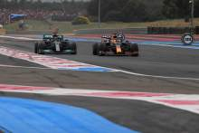 Max Verstappen (NLD), Red Bull Racing overtakes Lewis Hamilton (GBR), Mercedes AMG F1 in the last lap