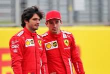 (从左到右):小卡洛斯·塞恩斯(ESP)法拉利和队友查尔斯·勒克莱尔(MON)法拉利- 2022年汽车发布。