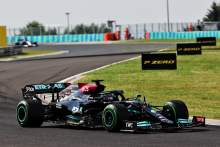 Lewis Hamilton (GBR) Mercedes AMG F1 W12 leads at the restart of the race.