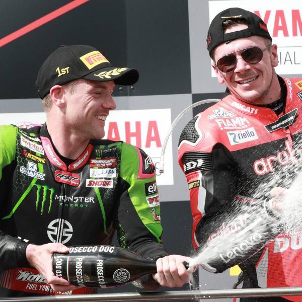 Lowes mengalahkan Rea untuk memimpin poin World Superbike